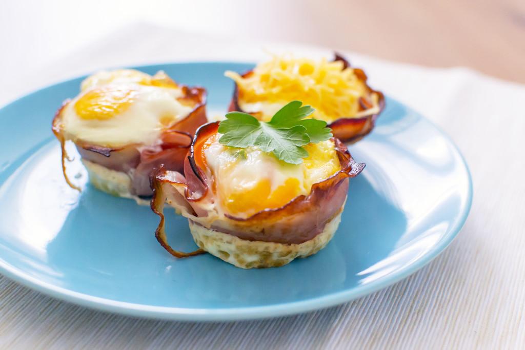 Je kan ook eerst de bakjes beleggen met ham/kip, dan vullen met groenten en daarna een ei er boven op tikken! Zo zie je je eitje nog terug in je muffin, ook leuk!