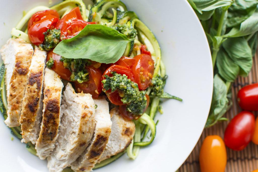 courgetti met groene pesto en kip