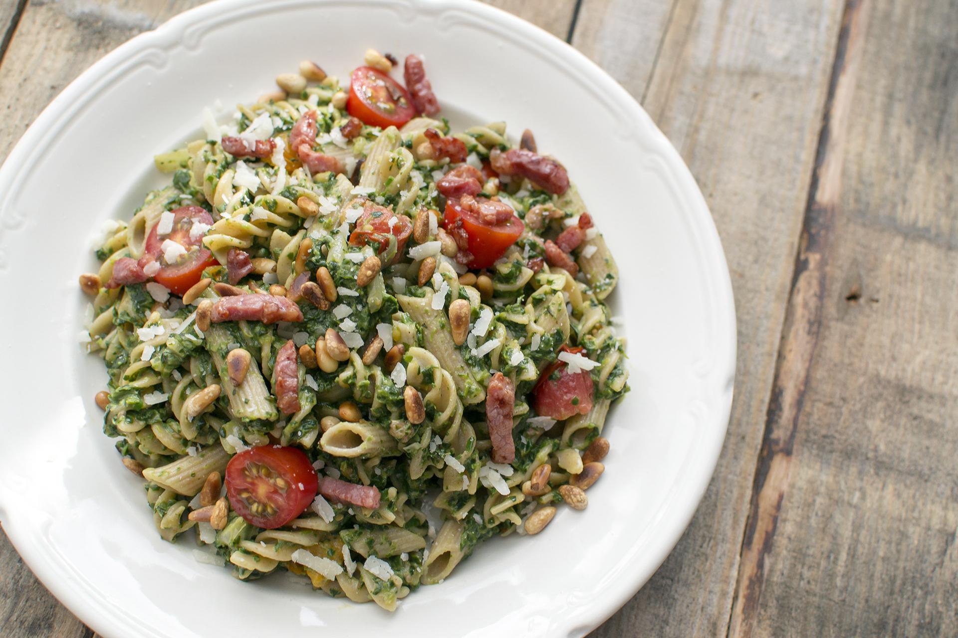 Fusilli met spinazie en krokante spekblokjes