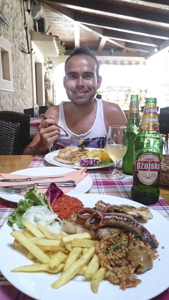 Ronald en ik zijn ook een paar dagen met z'n tweetjes weggeweest. In Novalja hebben we heerlijk geluncht. Echt Kroatisch, met een heerlijk Kroatisch biertje!