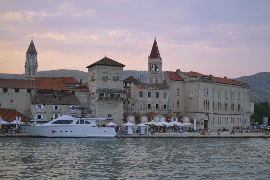 Trogir is een stad die we dit jaar pas voor het eerst hebben ontdekt! Echt erg, we zijn er waarschijnlijk wel 20 x langsgereden! Ik vind het zelf een van de mooiste steden in Dalmatië.