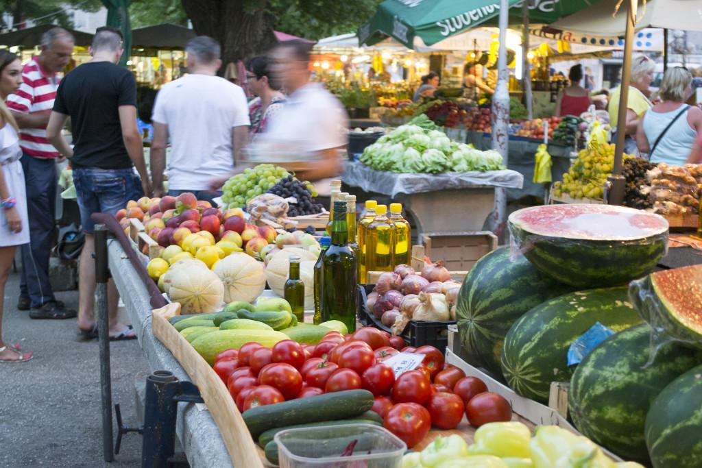 's Avonds hebben ze er een grote avondmarkt. Al het groente en fruit ziet er super netjes uit.