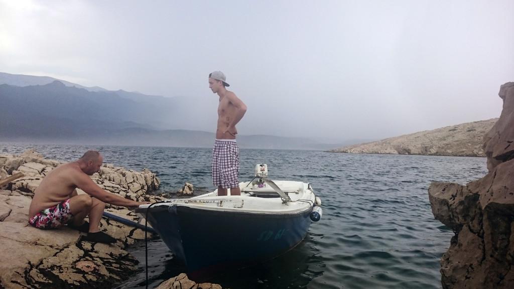 We mogen elk jaar de boot lenen van de eigenaar van het huis. Aangezien het mooi weer was, dachten we een leuk tochtje te maken en dan ergens aan te leggen en daar te BBQ'en. Helaas sloeg het weer plotseling om en begon het keihard te onweren en te regenen. We zijn dus maar gaan schuilen ergens in the middle of nowhere bij de rotsen.